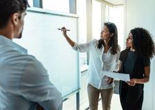 Investisseurs d'affaires discutant des idées d'affaires dans la salle de réunion Photographie stock