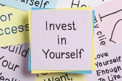 Investissez dans vous-même écrit sur une note Photographie stock libre de droits
