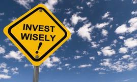 Investissez sagement le signe de précaution Photo libre de droits