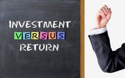 Investition gegen Rückholkonzept lizenzfreies stockbild