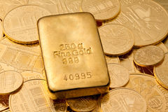 Investition im realen Gold   lizenzfreie stockfotos