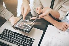 Investitionsabteilungs-Sitzungsprozeß Fotomann, der Berichten modernen Tablettenschirm zeigt Statistikgraphikschirm privat Lizenzfreie Stockfotografie