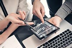 Investitionsabteilungsarbeitsprozess Nahaufnahmefotomann, der Berichten modernen Tablettenschirm zeigt Statistikgraphikschirm Stockbild
