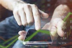 Investitore finanziario con il dispositivo mobile per l'affare e collegato immediatamente al mercato intorno al globo per l'acqui immagine stock libera da diritti