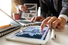 Investitore professionale di riunione d'affari due che lavora insieme immagine stock