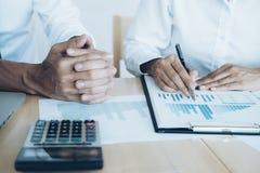 Investor, der neues Startprojekt bearbeitet Finanzsitzung Lizenzfreie Stockfotos