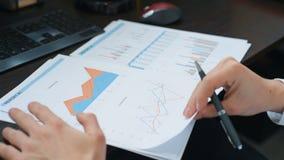 Investor, der Vermarktungspläne analysiert stock video