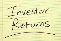 Investor kommt auf einen gelben Kanzleibogenblock zurück Lizenzfreie Stockfotos