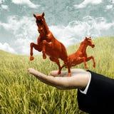 Investor tragen rotes Pferd auf archiviert Stockfoto