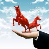Investor tragen rotes Pferd auf Wolke Stockbilder