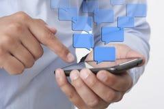 Inviando invio di messaggi di testo tramite Smart Phone fotografie stock