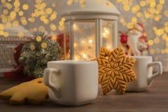 Invierno acogedor en casa con la bebida y las galletas calientes Tiempo de la Navidad con té y la guirnalda foto de archivo libre de regalías