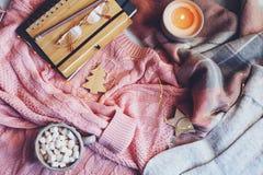 invierno acogedor o tabla de la Navidad con ropa estacional de la moda, cacao caliente y velas fotos de archivo libres de regalías