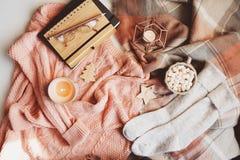 invierno acogedor o tabla de la Navidad con ropa estacional de la moda, cacao caliente y velas fotografía de archivo