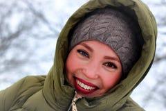 Invierno adulto de la sonrisa del retrato de la muchacha Fotos de archivo libres de regalías