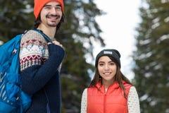 Invierno al aire libre que camina de la mujer de Forest Happy Smiling Man And de la nieve de los pares Imagen de archivo libre de regalías