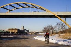 Invierno biking en Milwaukee fotografía de archivo