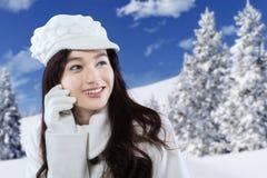 Invierno bonito de la muchacha al aire libre Foto de archivo libre de regalías