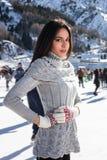 Invierno bonito del patinaje de hielo de la mujer al aire libre, facial sonriente Montañas en el fondo Fotografía de archivo libre de regalías