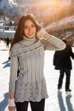 Invierno bonito del patinaje de hielo de la mujer al aire libre, facial sonriente Montañas en el fondo Imagenes de archivo