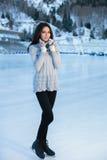 Invierno bonito del patinaje de hielo de la mujer al aire libre, facial sonriente Montañas en el fondo Imagen de archivo libre de regalías