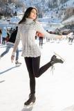Invierno bonito del patinaje de hielo de la mujer al aire libre, facial sonriente Montañas en el fondo Imágenes de archivo libres de regalías