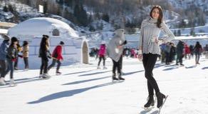 Invierno bonito del patinaje de hielo de la mujer al aire libre, facial sonriente Montañas en el fondo Fotografía de archivo