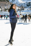 Invierno bonito del patinaje de hielo de la mujer al aire libre, facial sonriente Montañas en el fondo Foto de archivo