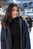 Invierno bonito del patinaje de hielo de la mujer al aire libre, facial sonriente Montañas en el fondo Fotos de archivo libres de regalías