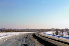Invierno, bosque, camino , la nieve miente imagenes de archivo