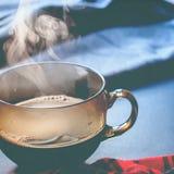 Invierno caliente Autumn Time New Year del vapor de la taza de té imagenes de archivo