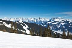 Invierno con las cuestas del esquí del centro turístico del kaprun Foto de archivo libre de regalías