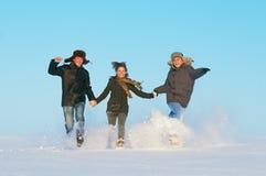 Invierno corriente feliz de la gente joven al aire libre Foto de archivo libre de regalías
