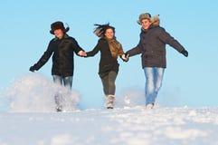 Invierno corriente feliz de la gente joven al aire libre Imágenes de archivo libres de regalías