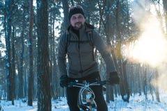 Invierno de la bici Invierno de los deportes Hombre en una bici foto de archivo libre de regalías