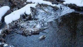 Invierno de la naturaleza de la agua corriente del río del bosque último un paisaje derretido del hielo, llegada de la primavera Imágenes de archivo libres de regalías
