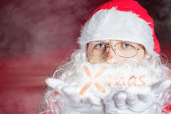 Invierno de la Navidad con Santa Claus que sopla brillo mágico Imagen de archivo