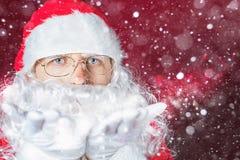 Invierno de la Navidad con Santa Claus que sopla el brillo mágico, nieve Foto de archivo