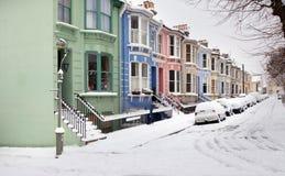 Invierno de la nieve de Inglaterra de la calle de la casa Imagen de archivo libre de regalías