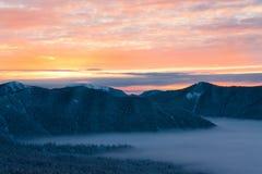 Invierno de la puesta del sol de la montaña imágenes de archivo libres de regalías