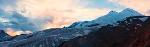 Invierno de la puesta del sol de la montaña imagen de archivo