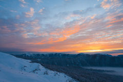 Invierno de la puesta del sol de la montaña fotos de archivo libres de regalías