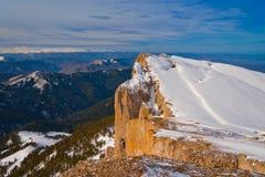 Invierno de la puesta del sol de la montaña imagenes de archivo