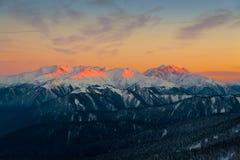 Invierno de la puesta del sol de la montaña fotografía de archivo