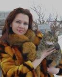 Invierno de la sonrisa poca piel linda sonriente del animal del invierno de la mujer del gato de la belleza de la cara de la niev Imagen de archivo libre de regalías