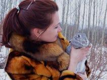 Invierno de la sonrisa poca piel linda sonriente del animal del invierno de la mujer del gato de la belleza de la cara de la niev Imagen de archivo