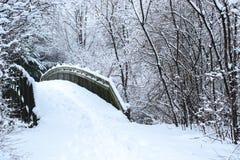 invierno de madera del fondo de la nieve del puente Imagen de archivo