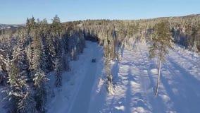 Invierno del camino nevoso de la conducción de automóviles almacen de metraje de vídeo