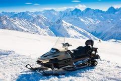 Invierno del día de la montaña elbrus Vespa de la nieve Imagenes de archivo