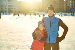 invierno del niño al aire libre en pista de hielo Fotos de archivo libres de regalías